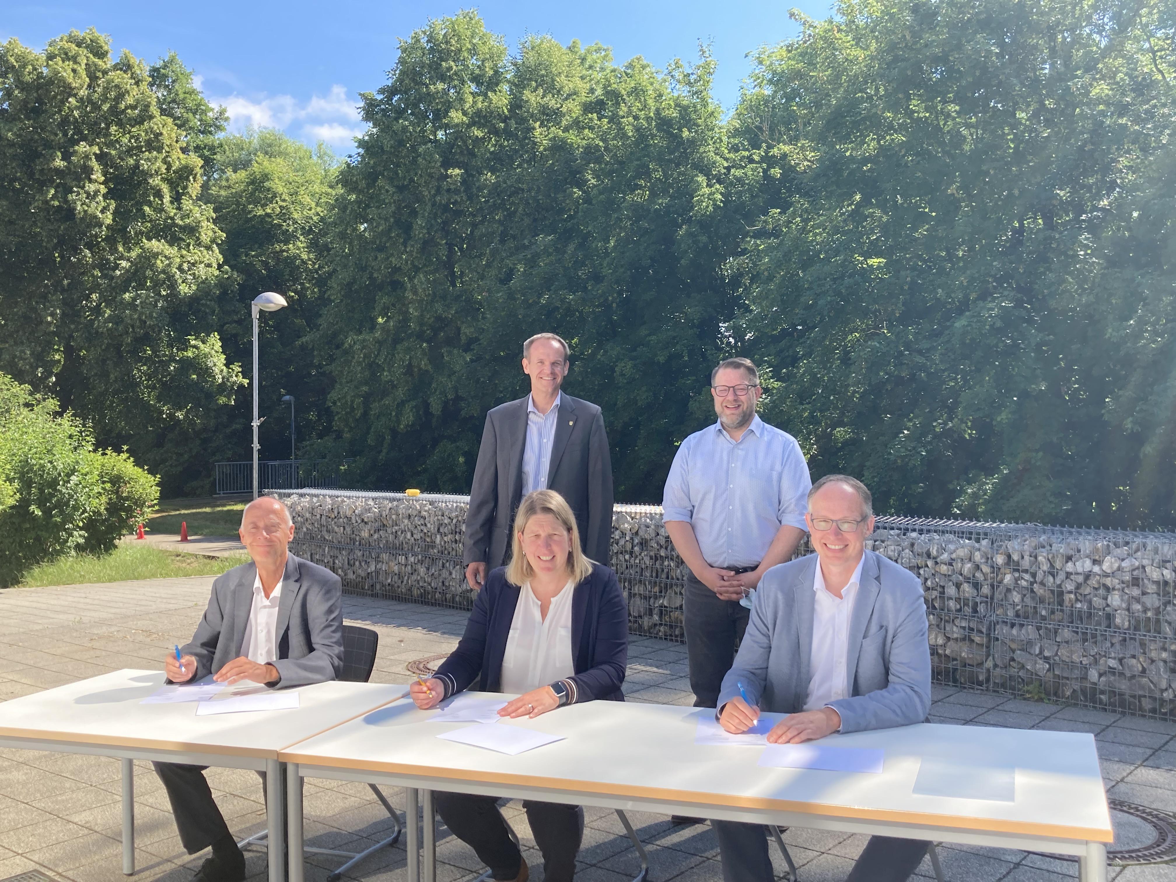 Unterzeichnung der Bildungspartnerschaft zwischen Helukabel und der Glemstalschule.
