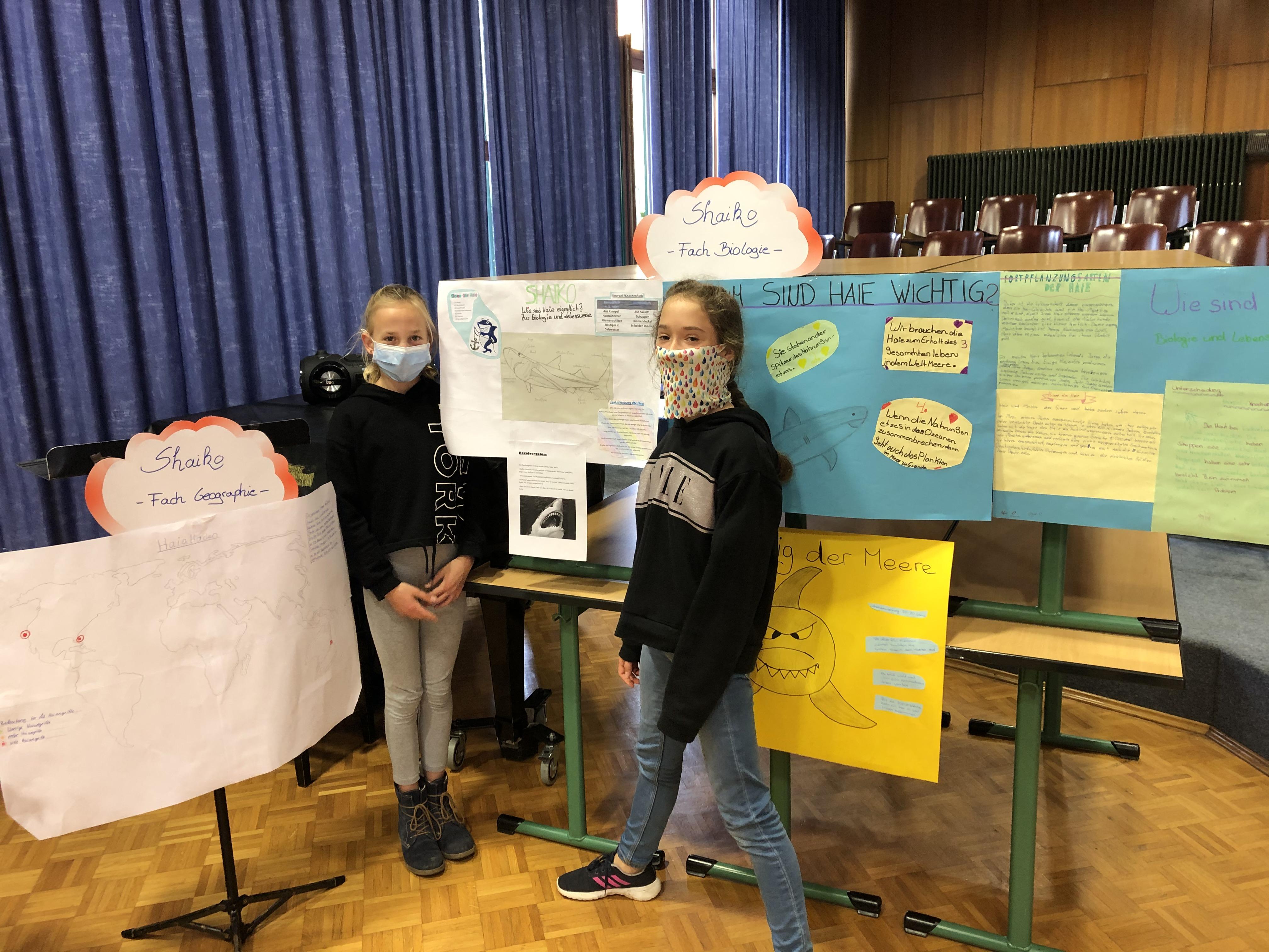 Die Schüler präsentieren stolz ihre Plakate zur Projektwoche.