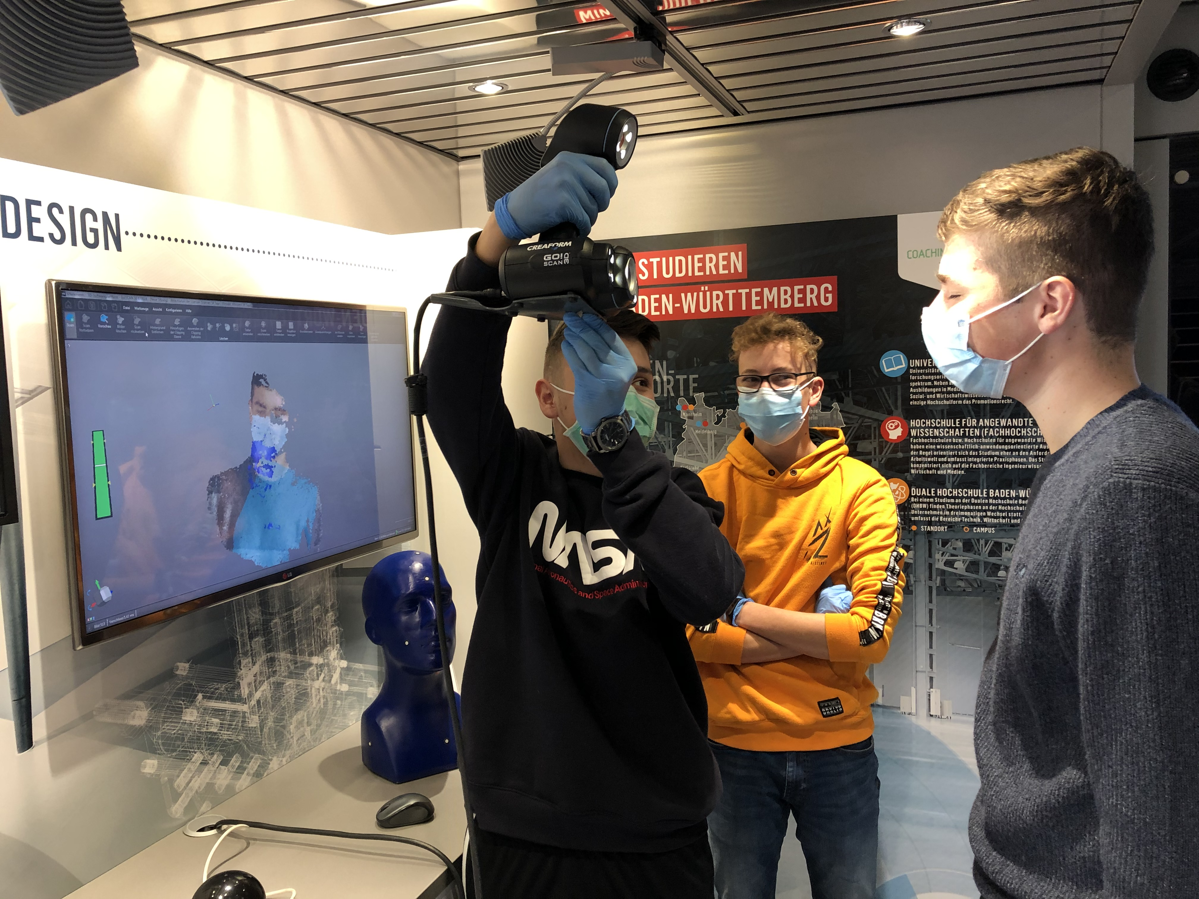 Die Schüler transformieren ihr Gesicht über einen 3D-Scanner in ein CAD-Programm.