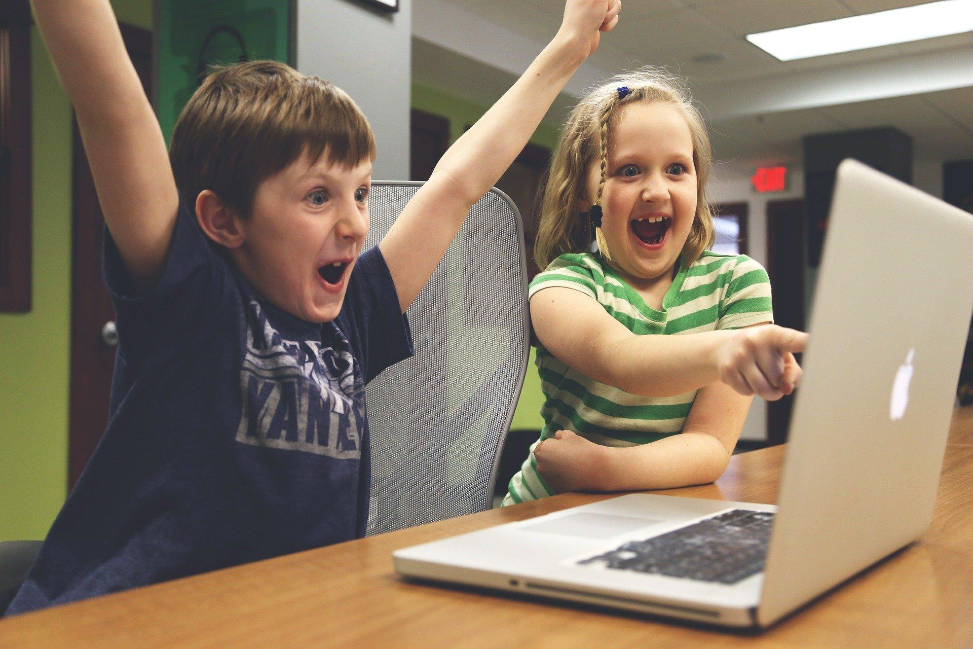 Kinder freuen sich über das Video der Glemstalschule.