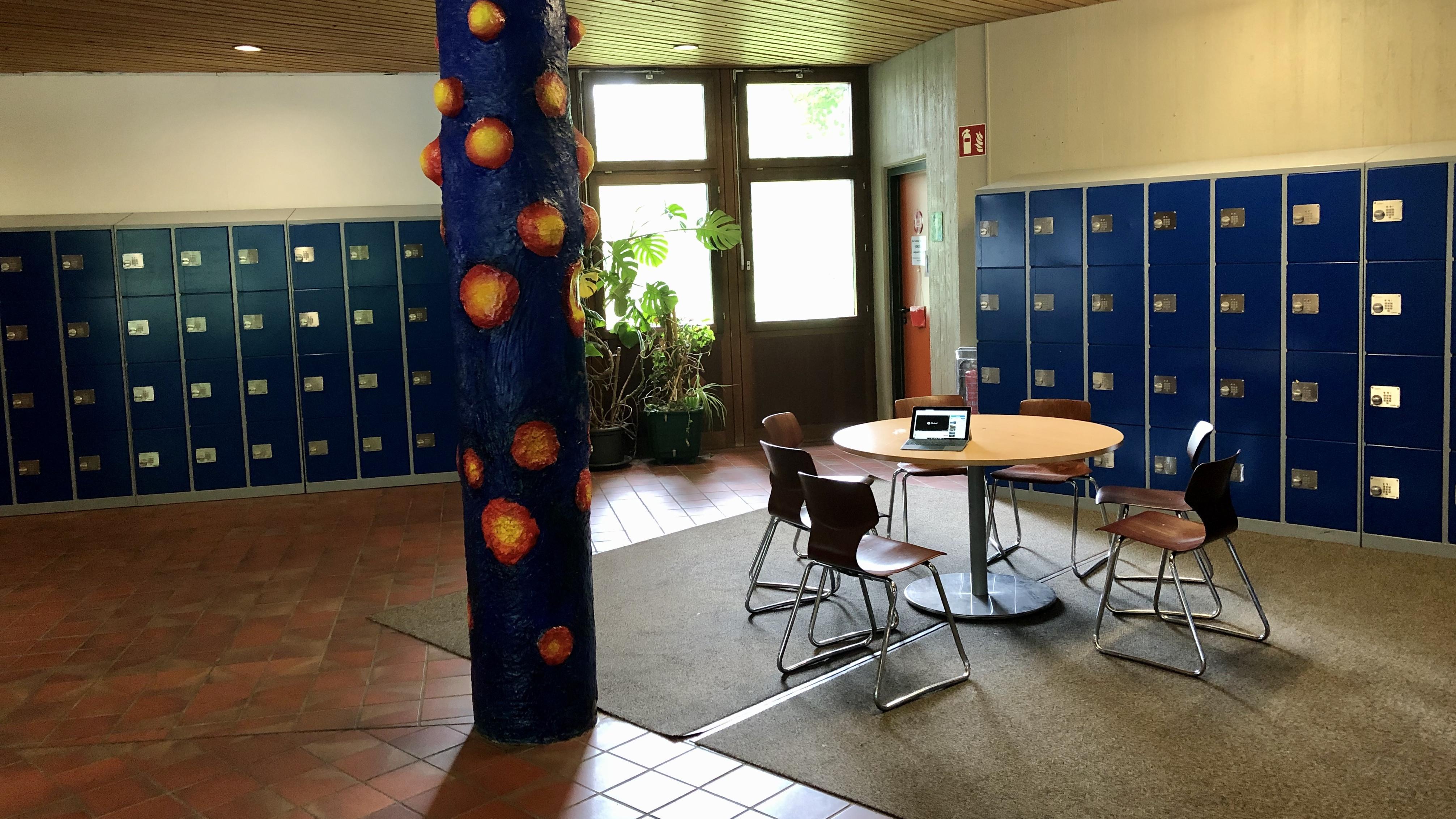 Schließfächer im Eingangsbereich der Glemstalschule