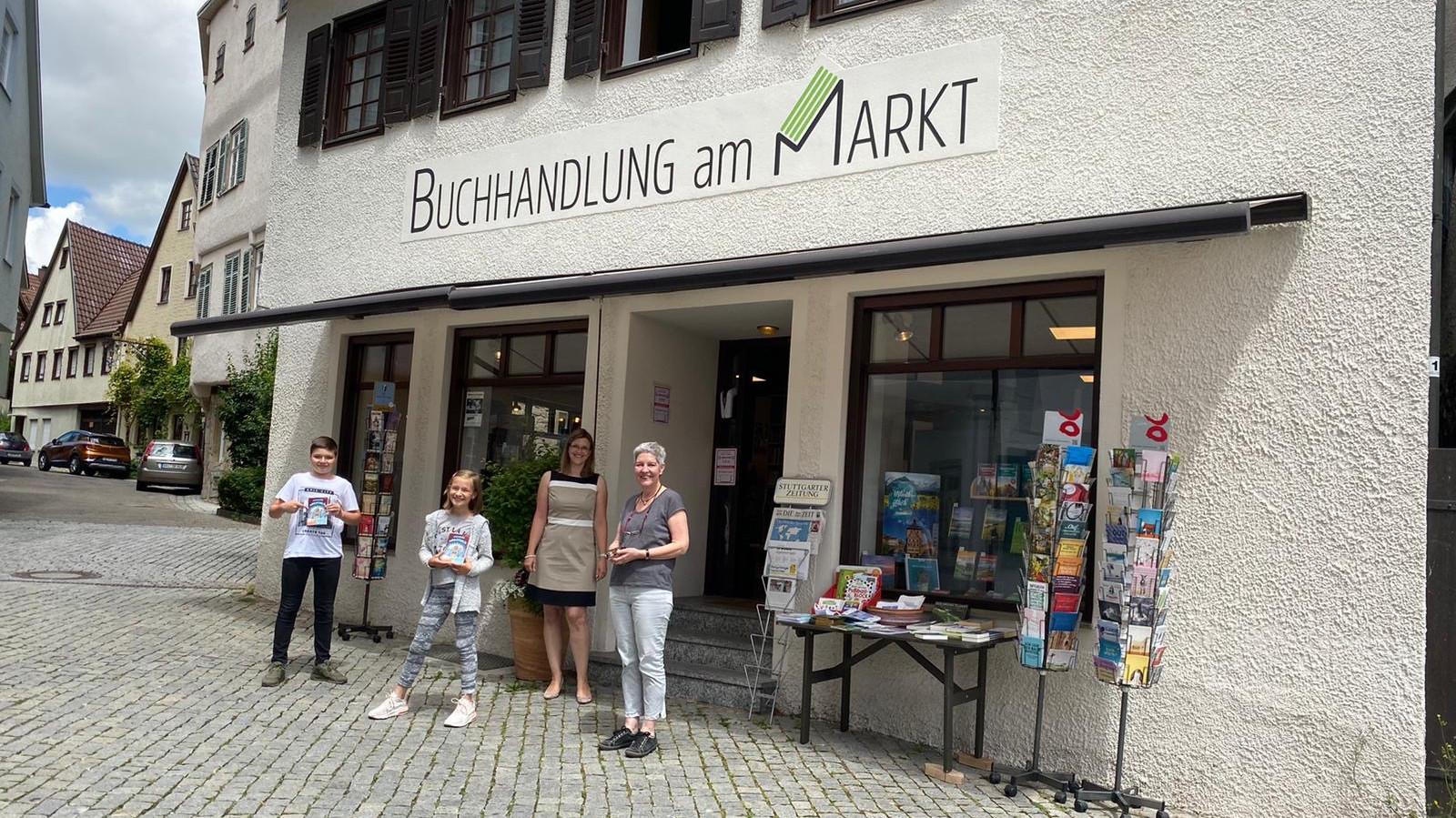 """Die Klassensprecher der 5b holen mit ihrer Tutorin Frau Wenz von Frau Löhnert in ihrer """"Buchhandlung am Markt"""" in Markgröningen ihre Bücher vom """"Welttag des Buches 2020"""" ab."""