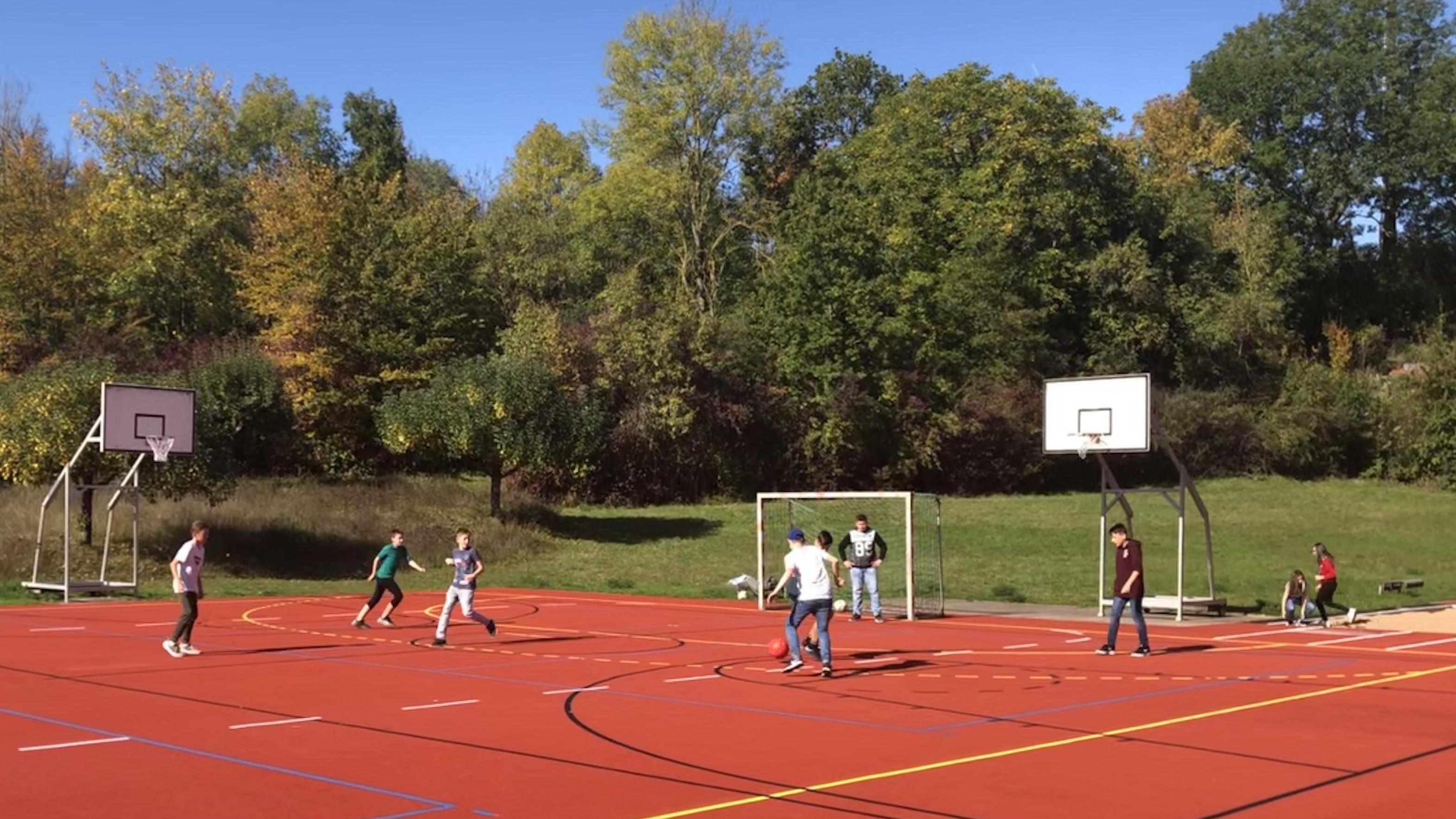 Fußball spielen im Mittagsband.
